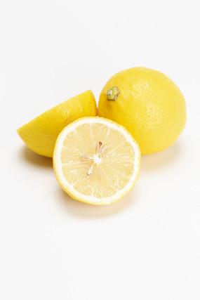 白背景上的黃檸檬