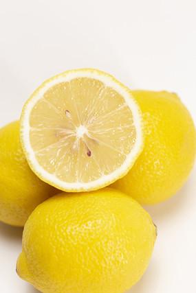 白背景上的檸檬