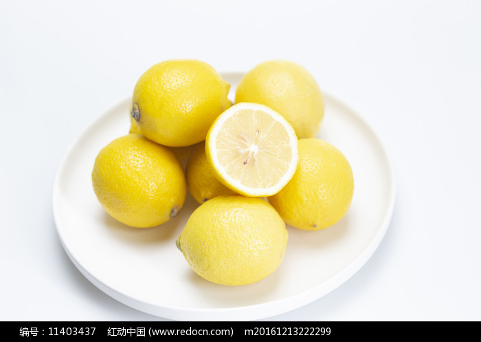 白盤子上的檸檬圖片