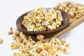 放在盤子上的一碟黃金玉米豆
