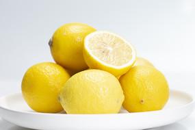 白色背景的一盤檸檬