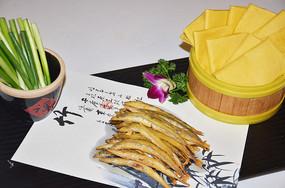香酥面条鱼配煎饼