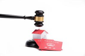 法槌准备落在房子和离婚证上
