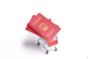 买卖婚姻概念图-结婚证在购物车上