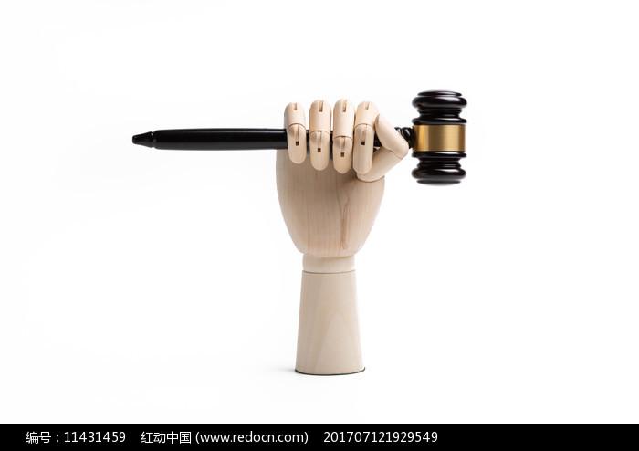 举着法官锤的木头手图片