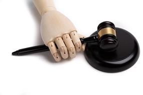 木偶手握着法官锤
