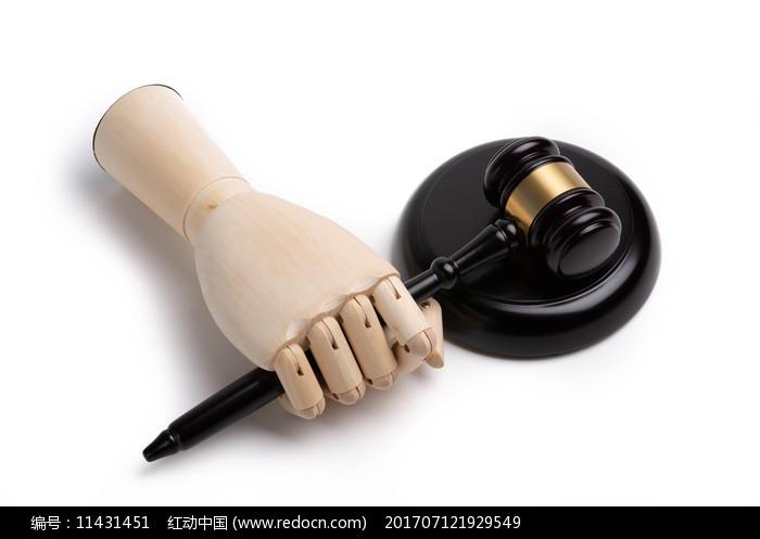 握着法槌的木头手图片