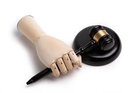 握着法槌的木头手