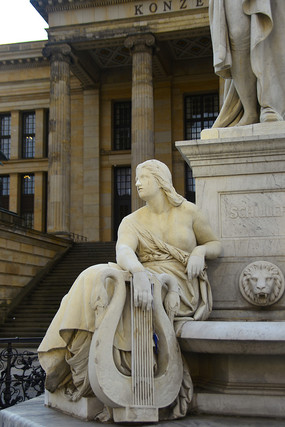 柏林音乐厅席勒塑像下人物群雕