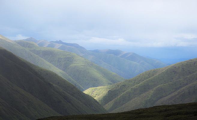 蓝天白云下的山峰
