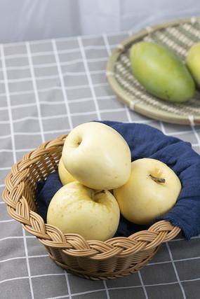 果篮里的苹果