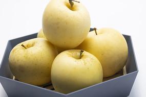 果篮里的烟台奶油富士苹果