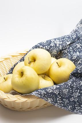 果篮里烟台奶油富士苹果