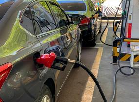 在加油站排队加油的汽车