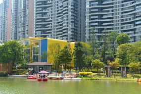 四川成都江滩公园湖畔的幼儿园