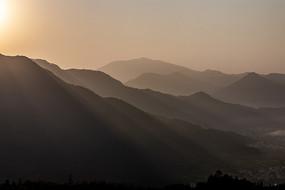 朝阳映衬下的群山图片