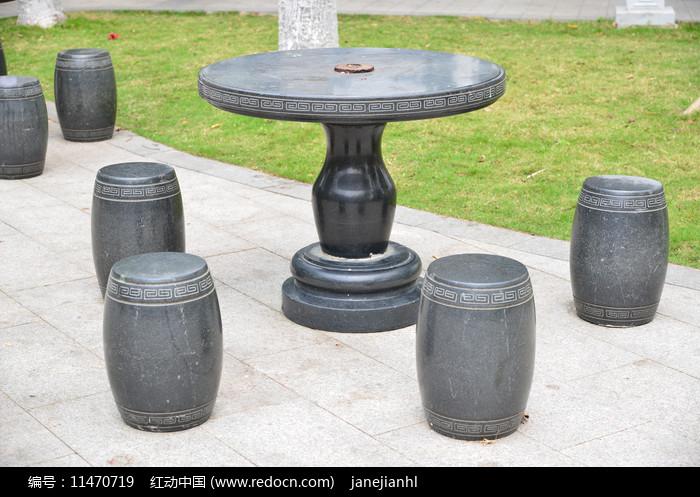 公园的石头休息桌椅图片