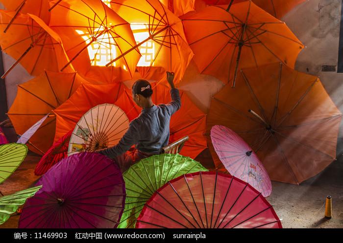 制作油纸伞摄影图图片