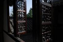 老宅民宿花格窗横构图