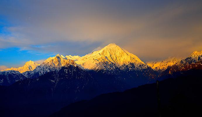 龙华山山脊遥望贡嘎山峰的日照金山