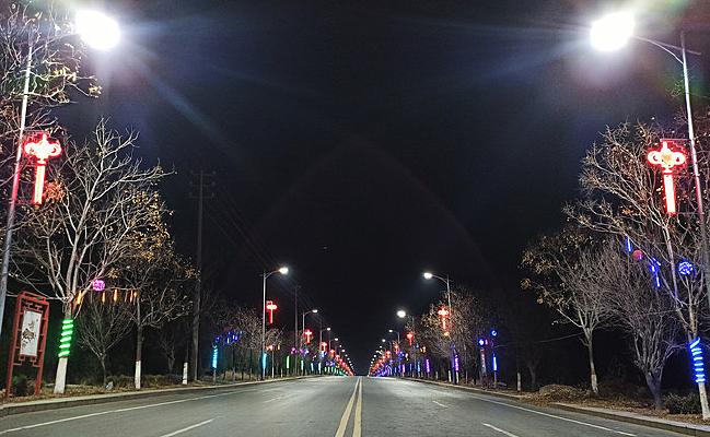 彩灯装饰的道路