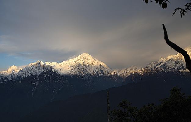 龙华山望中山峰和被挡大半的贡嘎