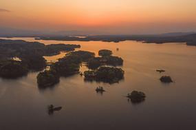 金色的南湾湖摄影图