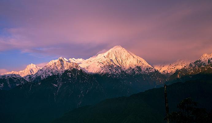 龙华山视角的贡嘎、中山峰、龙山和金银山