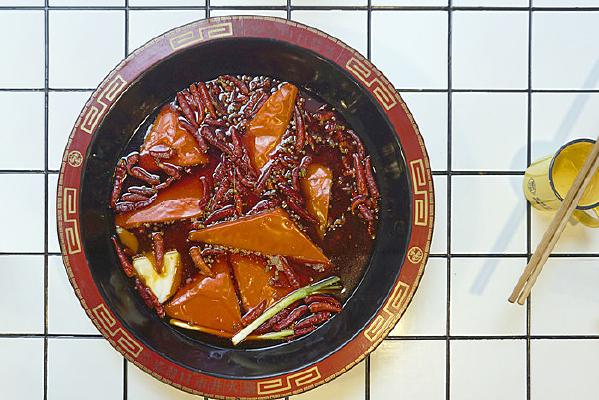 重庆美食-传统牛油火锅