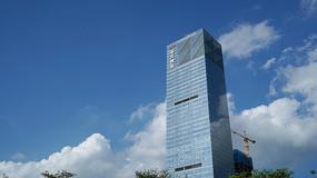 蓝天白云下的水贝珠宝高楼大厦