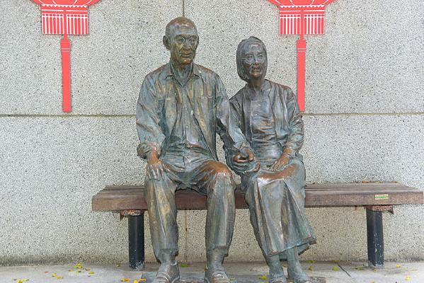 深南大道路缘花境老年夫妻塑像
