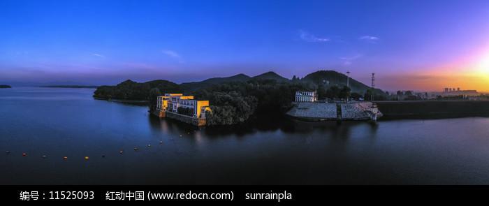 宽幅信阳南湾湖晨光美景图片