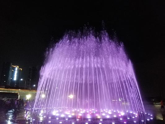 粉紫色彩色音乐喷泉