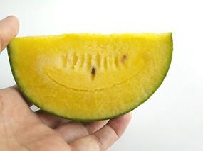 吃小皇冠黄瓤西瓜