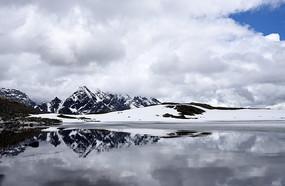 九架海之冰川海的雪山倒影