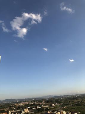 蓝天白云下的乡野风光