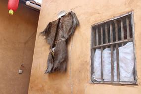 土房子上的雨衣