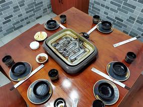 巫山烤鱼餐桌