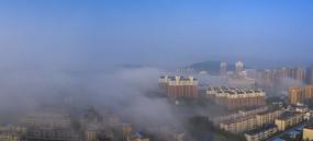 晨雾满城飘图片