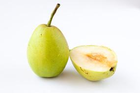 一個香酥梨和切開的果肉