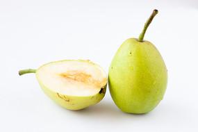 一只香酥梨和半個切開的香酥梨