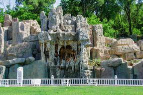 山洞状吊着钟乳石的假山与草坪