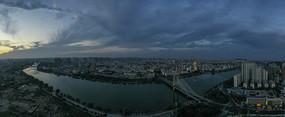 宽幅夜幕下的城市风光