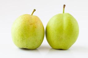 白背景上酥脆的早酥梨