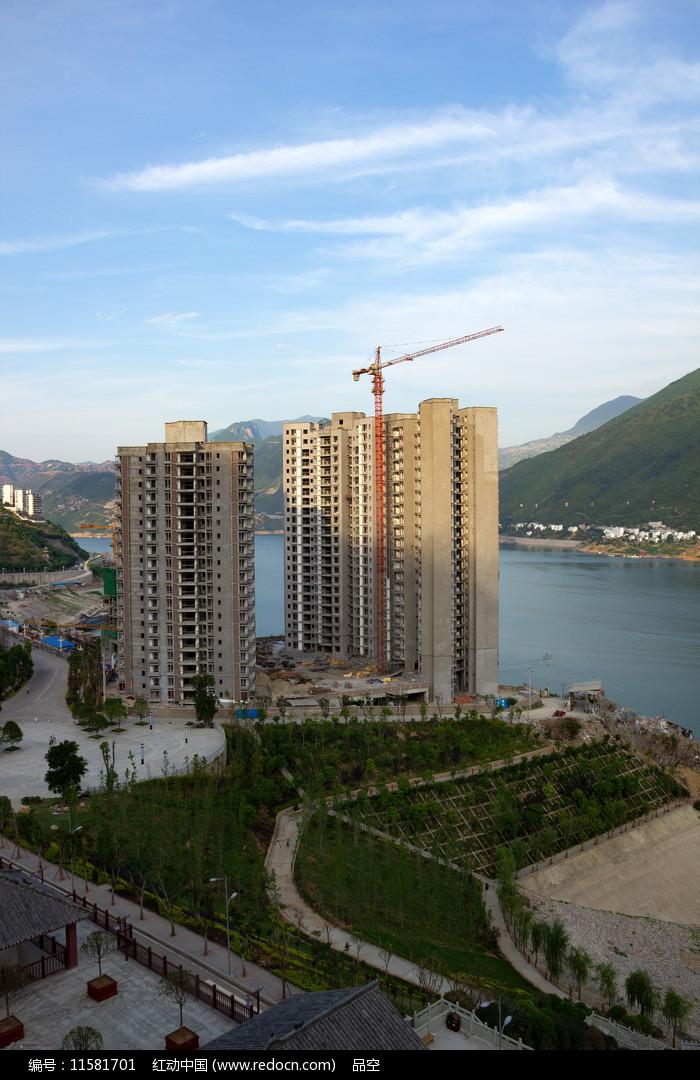 三峡水库之滨的巫山县城江景房图片