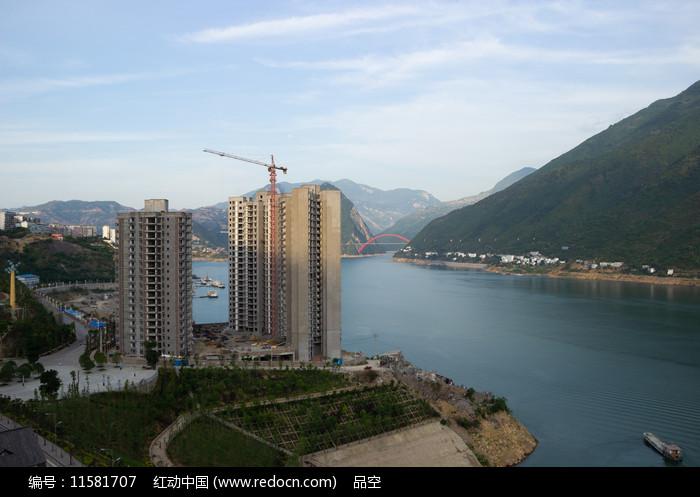 重庆巫山长江之边的江景房图片
