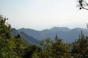 阳光下的巫山山脉