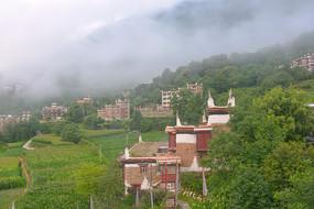 晨雾中的四川甘孜州丹巴甲居藏寨