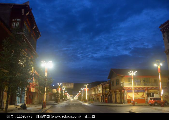 甘孜州道孚县八美镇街道夜景 图片