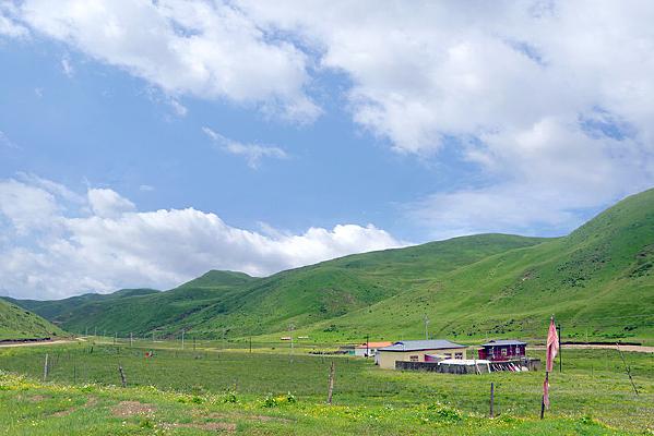 色达县塔子乡县道沿途自然风光